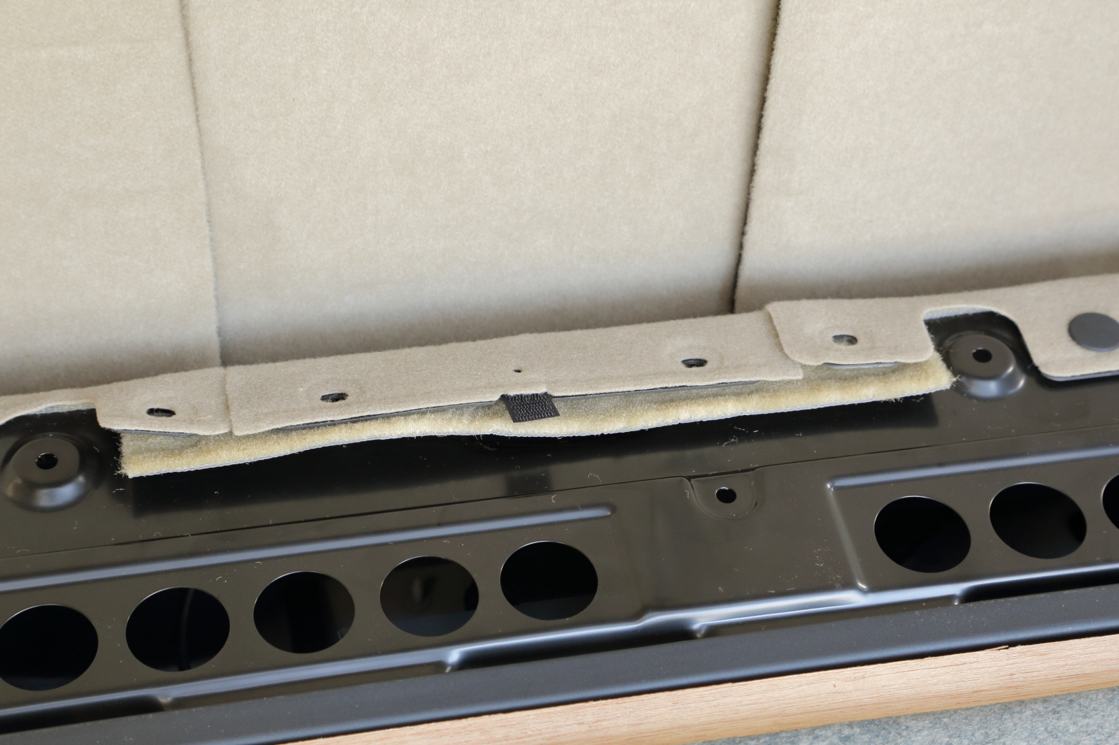 車内カーペットを固定しているクリップの取り外し